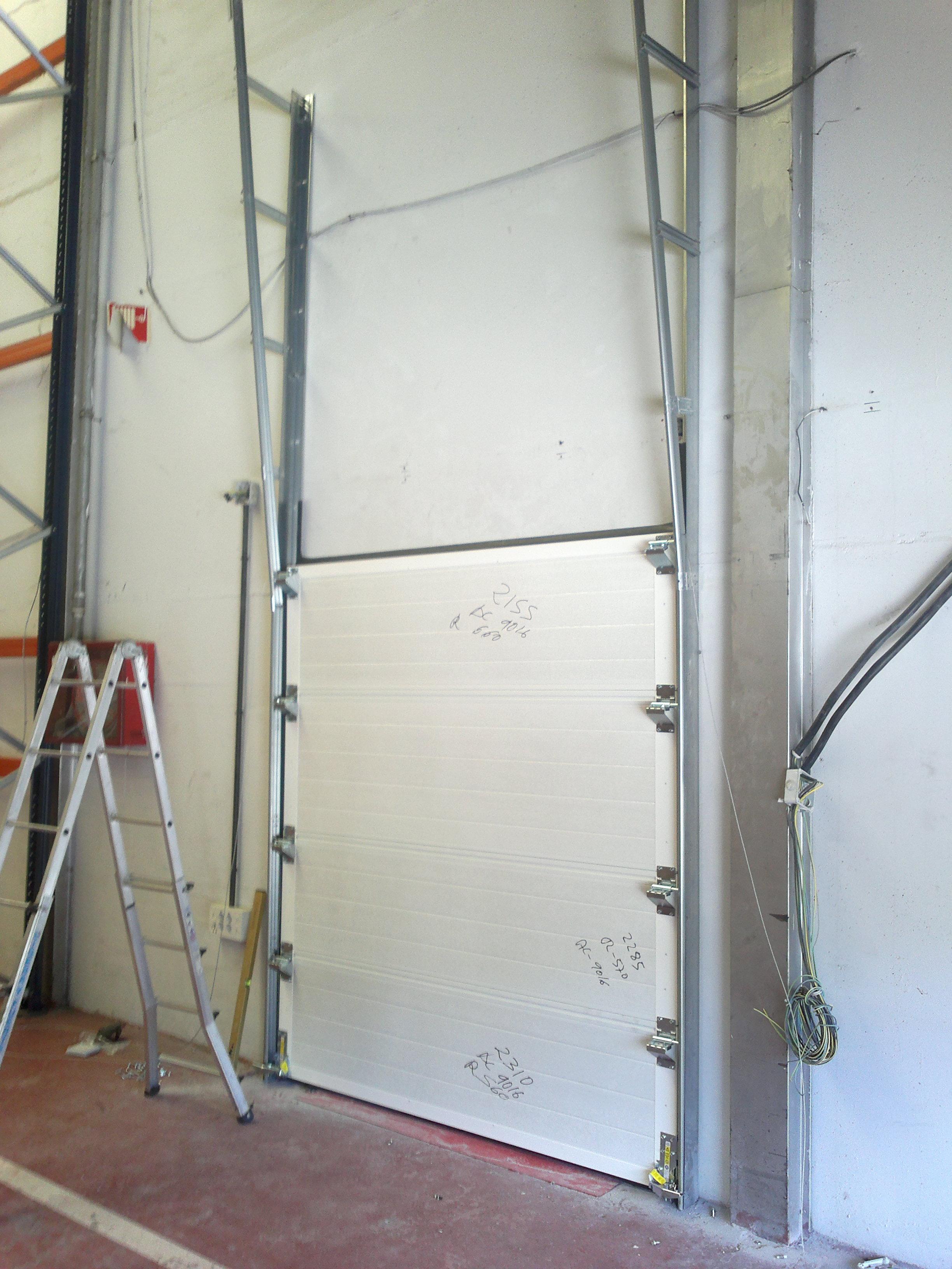 Instalación de puerta seccional industrial