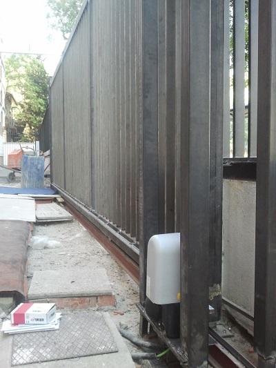 Puerta corredera fabricada en rejas
