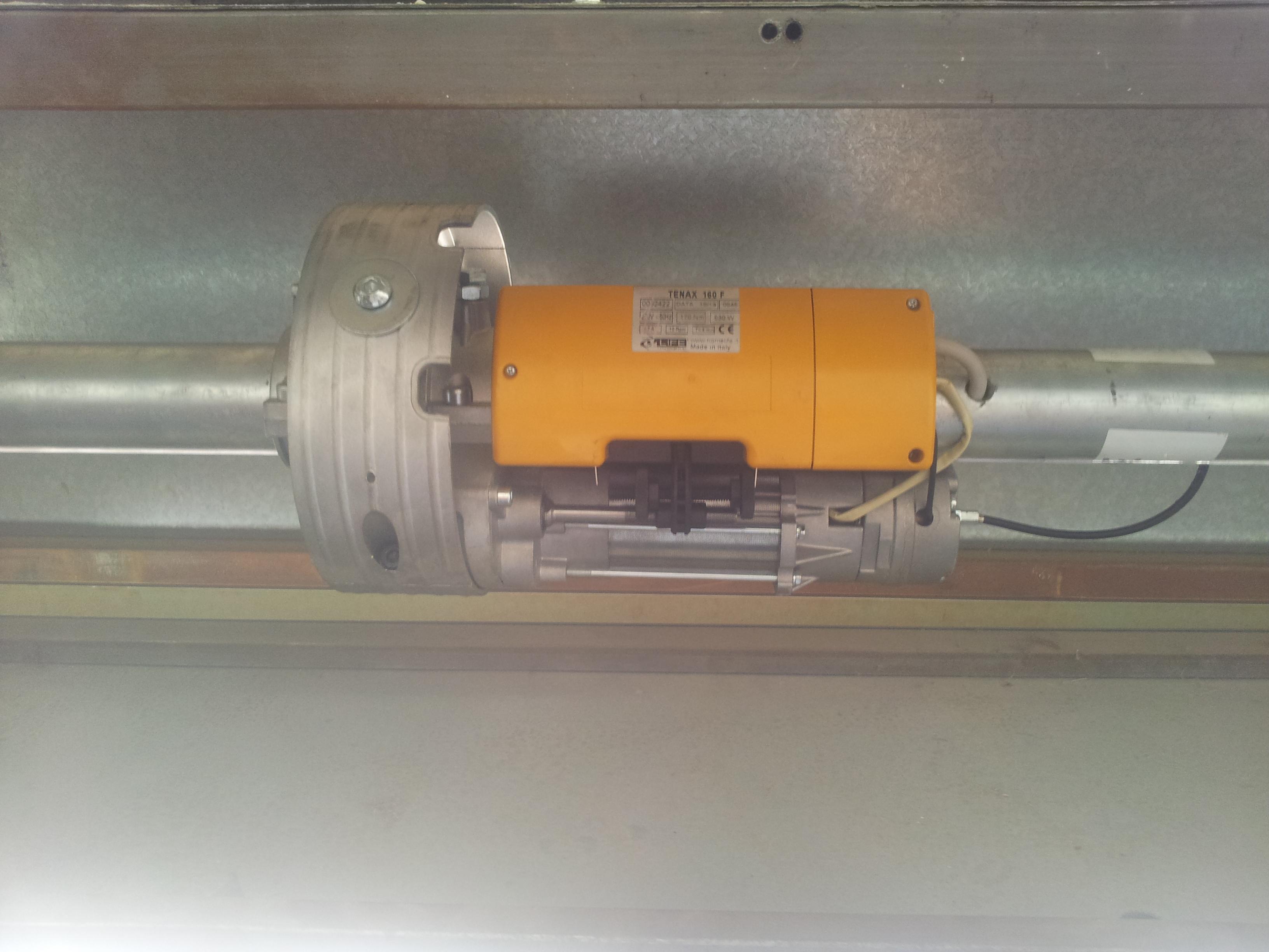 Motor de cierre ya instalado