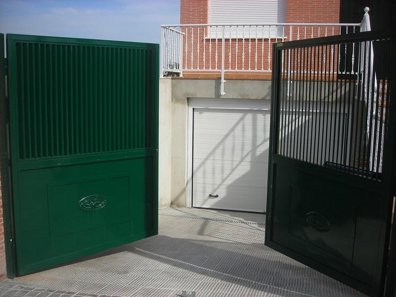Puerta batiente en hierro verde