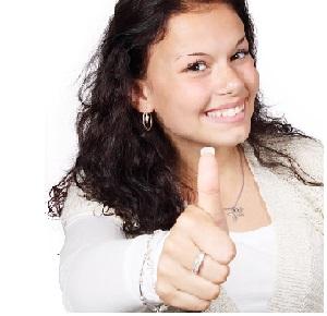 Mujer contenta con servidoors