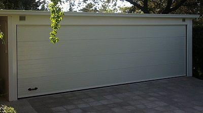 Puerta seccional acanalada en blanca