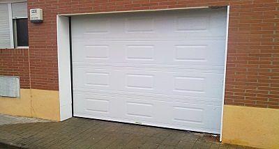 Puerta seccional con cuarterones.