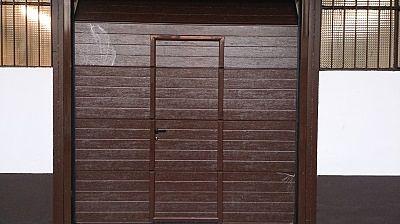 Puerta seccional imitación madera.