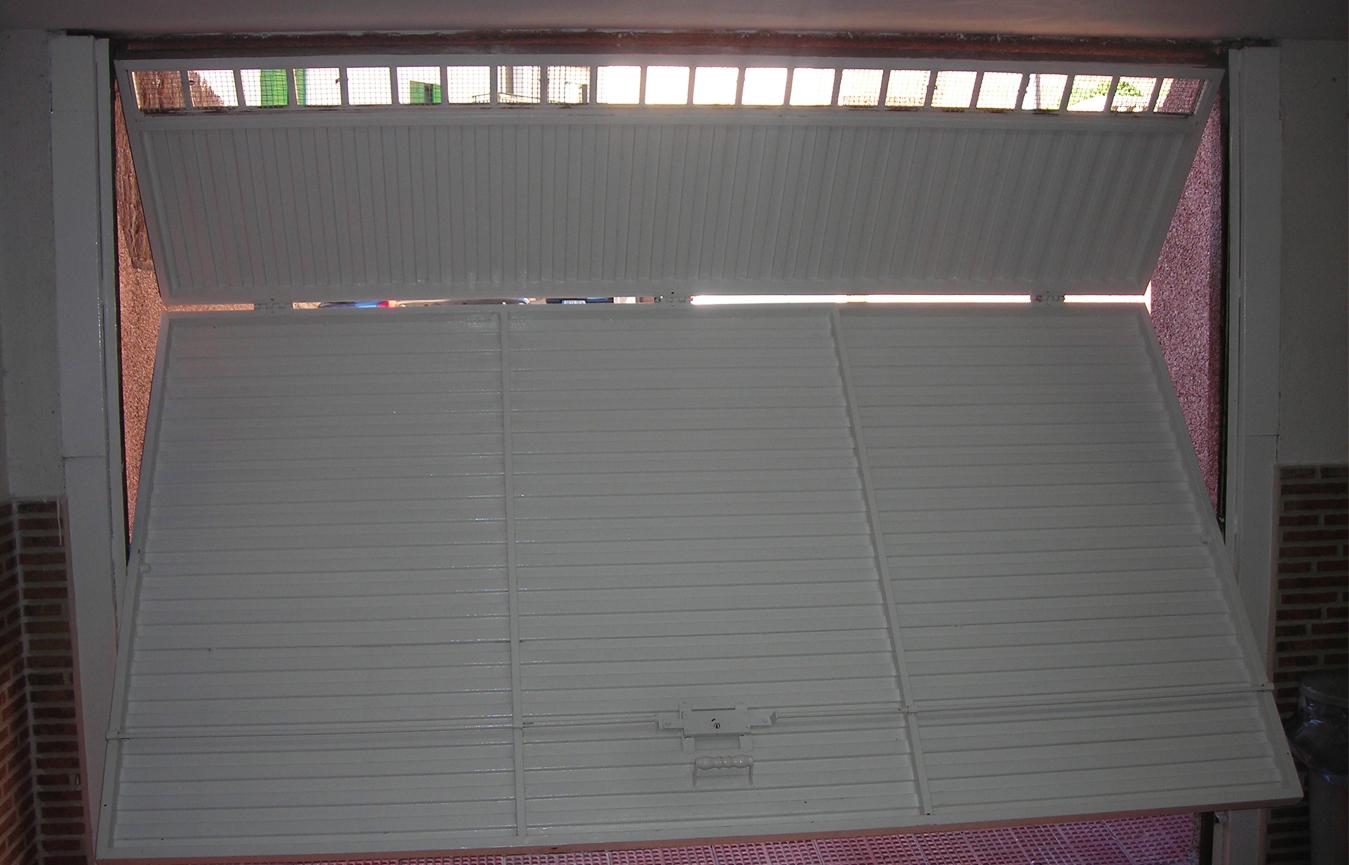 Instalaci n de motor para puerta de garaje abatible - Como hacer una puerta mosquitera abatible ...