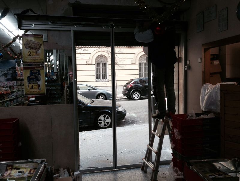 Labores de mantenimiento en comercio en puerta de entrada