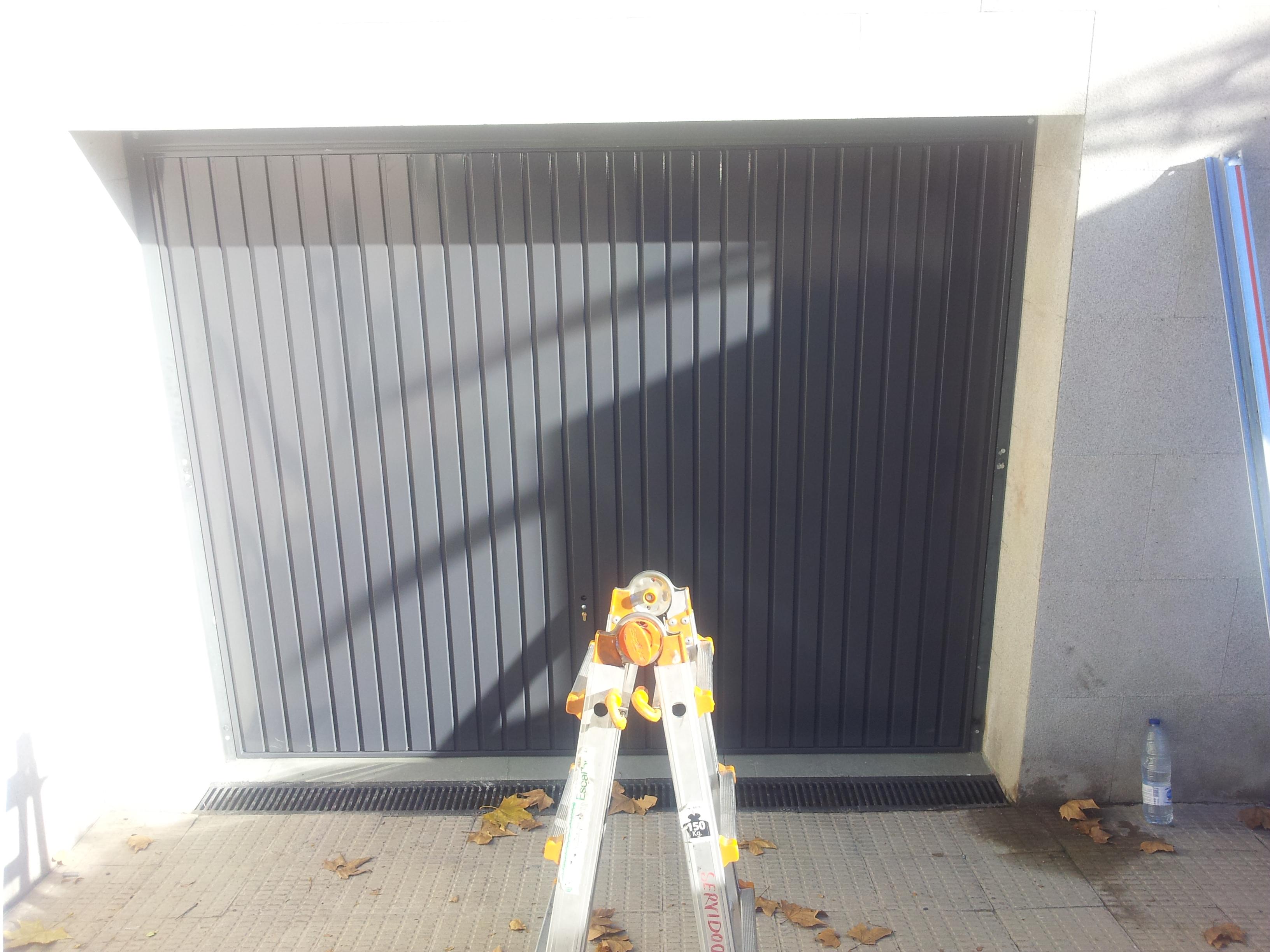 Puerta basculante instalada en Alcobendas