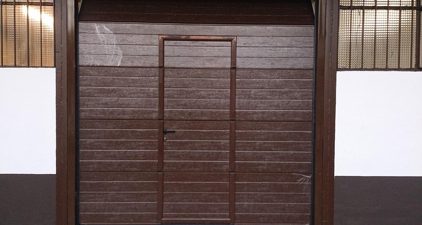 Puerta seccional con paso de peatones puertas for Precio de puertas enrollables