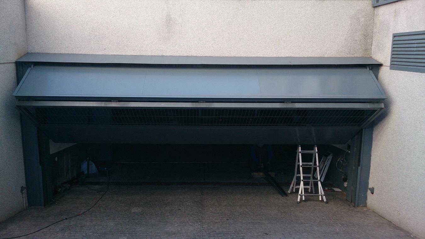 Instalaci n de motor para puerta de garaje abatible for Puertas de cochera automaticas