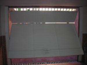 Puerta abatible preparada para motor eléctrico