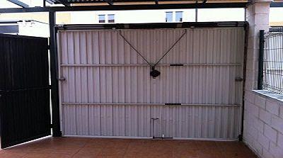 Puertas de garaje puertas autom ticas servidoors for Puertas abatibles garaje